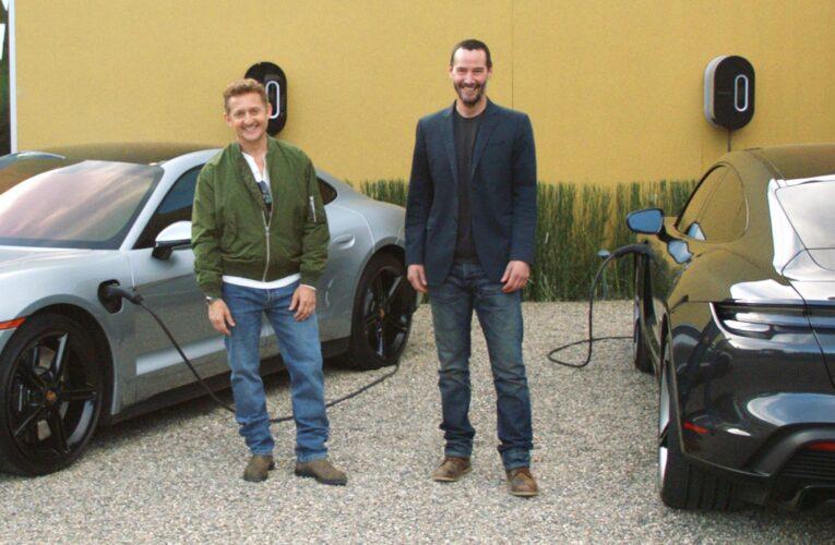 Keanu Reeves y Alex Winter disfrutan al Porsche Taycan
