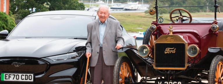 Hombre de 101 años conduce un Mustang Mach E, y hace 90, un Ford T